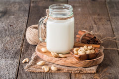 Nerkodrzew dokrętki weganinu mleko obrazy royalty free