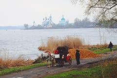 Nero湖和老修道院在罗斯托夫,俄罗斯 免版税库存照片