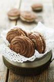 Nero dei biscotti del cioccolato con formaggio cremoso Fotografie Stock