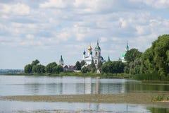 Nero jezioro i Spaso-Yakovlevsky Dmitrovsky monaster na Lipa chmurnym dniu Rostov Veliky, Złoty pierścionek Rosja fotografia stock