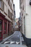 Nerrow stille straat in Straatsburg, Frankrijk Stock Fotografie