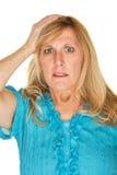 Nervös kvinna med handen på huvudet Arkivbilder