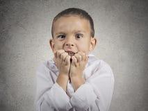 Nervöse besorgte betonte beißende Fingernägel des Kinderjungen lizenzfreies stockbild