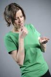 Nervöse Frau, die Pillen nimmt stockbild