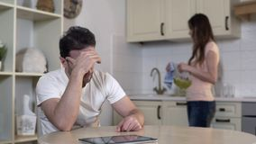 Nervöse junge Frau, die mit Mann, gestörter Ehemann ignoriert Frau, Auseinanderbrechen streitet stockfoto