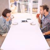 Nervöse Paare, die ein Schlückchen auf ihrem ersten Datum nehmen Lizenzfreies Stockbild
