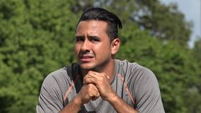 Nervöser besorgter athletischer hispanischer erwachsener Mann stock video