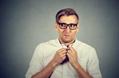 Nervöser betonter Mann fühlt sich etwas ungeschickt besorgt, sehnend stockbild