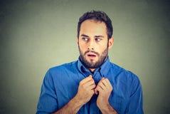Nervöser betonter Student des jungen Mannes glaubt ungeschicktes weg schauen lizenzfreie stockfotografie
