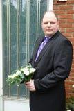 Nervöser Bräutigam auf der Türstufe Stockbild