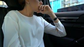 Nervöser Damenchef gestört mit Telefonanruf, werfendes Gerät aus Autofenster heraus stock video