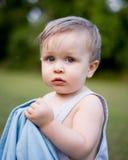 Nervöser Kleinkind-Junge mit Decke Lizenzfreie Stockfotografie