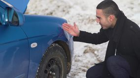 Nervöser Mann, der Einbuchtung vom Schaden auf Fahrzeugkarosserie berührt stock video footage