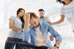 Nervöser Mann, der sein Haar berührt Lizenzfreies Stockfoto