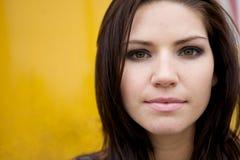 Nervöses Mädchen mit gelbem Backround Stockfotografie