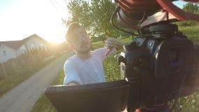 Nervöses vlogger, das über seine lauten Nachbarn geht und sich beschwert, beim Filmen mit einer beweglichen Kamera in der Natur - stock video