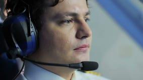 Nervöst pilot- navigera flygplan i turbulenszonen, farliga ögonblick lager videofilmer