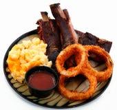 Nervature del BBQ con gli anelli di cipolla e maccheroni e formaggio Fotografia Stock Libera da Diritti