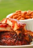 Nervature del BBQ con i fagioli e la salsa di immersione fotografia stock
