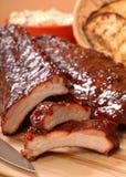 Nervature del BBQ con lo slaw tostato del cole e del pane Immagini Stock