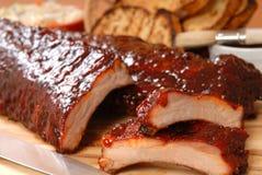 Nervature del BBQ con lo slaw tostato del cole e del pane Fotografia Stock Libera da Diritti