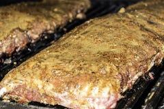 Nervature di porco del BBQ sulla griglia fotografie stock