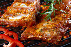 Nervature di porco grezze sulla griglia Fotografia Stock