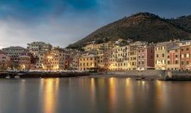 Nervi, Genua bij nacht met bezinningen over de baai royalty-vrije stock fotografie