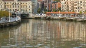 Nervion河在毕尔巴鄂的中心,与许多大厦的美好的都市风景 股票录像