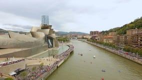 Nervion flod och Guggenheim museum av modernt och samtida konst i Bilbao arkivfilmer
