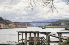 Nervion flod och Rontegi bro spain Arkivfoton