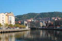 Nervion rzeka, urzędu miasta budynek bilbao Hiszpanii zdjęcia stock