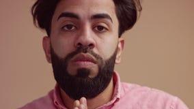 Nervious subrayó al hombre que hacía la cara sorprendida emocional metrajes