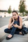 Nervosity - giovane donna con il telefono fotografia stock libera da diritti
