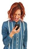 Nervöse Frau, die zum Telefon schreit Stockbilder