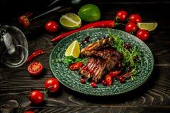 Nervure de boeuf de BBQ avec de la sauce douce dedans aigre à baie servie avec les jeunes plantes vertes du plat Concept de cuisi photos libres de droits
