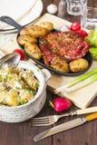 Nervure de salade et de lard de pomme de terre avec les pommes de terre rôties Styl de ferme image libre de droits