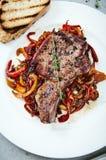 Nervure de viande avec des légumes image stock
