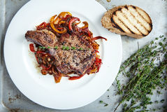 Nervure de viande avec des légumes photos stock