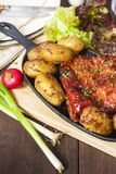 Nervure et pommes de terre de lard Repas de style de ferme photographie stock libre de droits