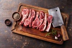 Nervures d'agneau et fendoir de viande crus Photos libres de droits