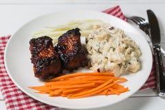 Nervures de porc avec de la salade et la carotte de pomme de terre américaines La vue à partir du dessus le Copie-espace photo libre de droits