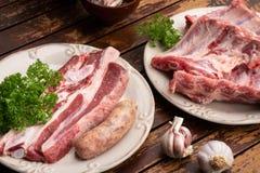 Nervures de porc, boeuf frais et saucisse de créole prête à être fait cuire sur le barbecue images stock