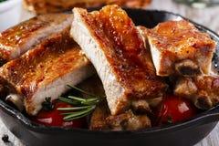 Nervures de porc cuites au four photographie stock