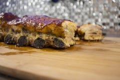 Nervures de porc cuites au four Nervures frites appétissantes délicieuses images libres de droits