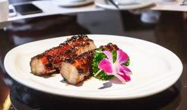 Nervures de porc cuites au four ornées avec des fleurs Photo libre de droits