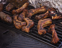 Nervures de porc de BBQ sur le gril Images libres de droits