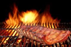 Nervures de porc de dos de bébé de BBQ sur le gril flamboyant chaud Photo stock