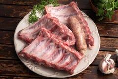 Nervures de porc fraîches et saucisse de créole prête à être fait cuire sur le barbecue images stock