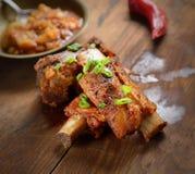 Nervures de porc frites délicieuses sur un fond en bois photo stock